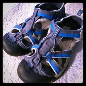 Excellent Condition KEENS Size Boys 5